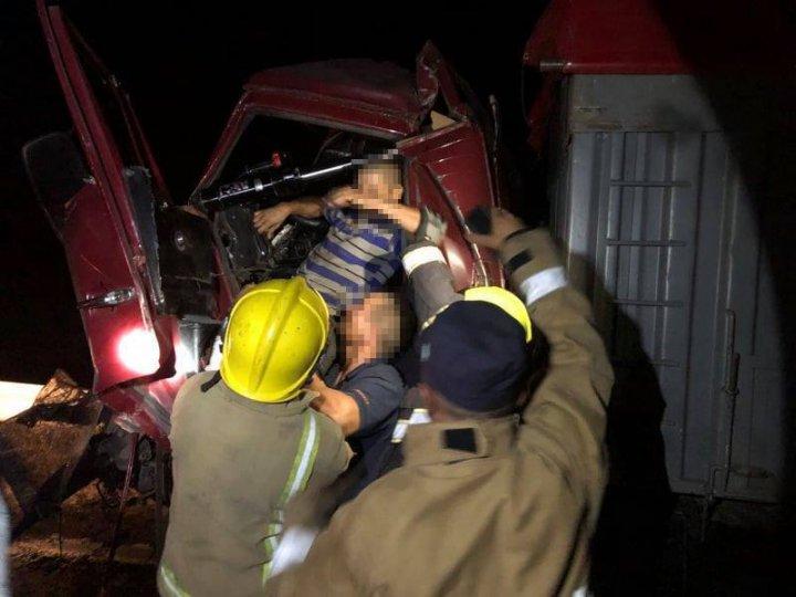 ACCIDENT CUMPLIT la Căușeni. Un tânăr, blocat între fiarele unui camion (IMAGINI DE GROAZĂ)