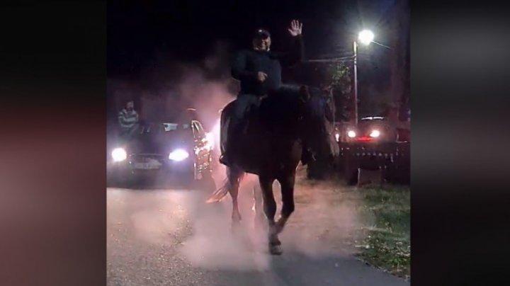 Un primar din Gorj a sărbătorit victoria realegerii sale călare pe un cal, urmat de un alai de mașini (VIDEO)