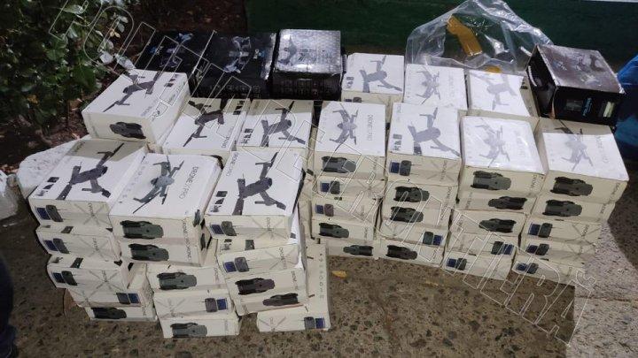 CONTRABANDĂ cu drone, în valoare de UN MILION DE LEI, descoperită la frontiera de stat. Ce a declarat șoferul care le transporta