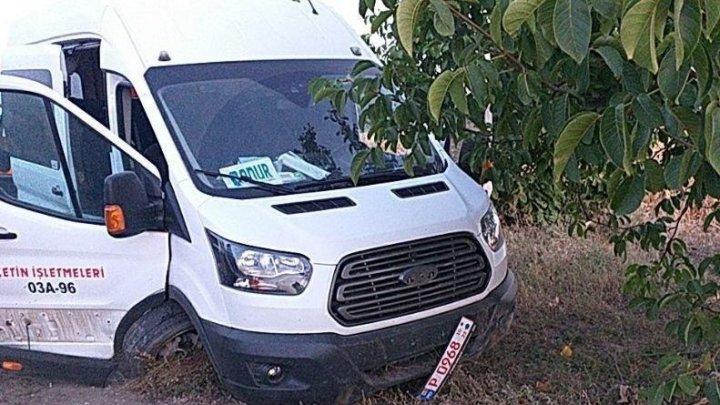 Accident CUMPLIT în raionul Telenești. Șase persoane au fost rănite, după ce șoferul unui microbuz a adormit la volan