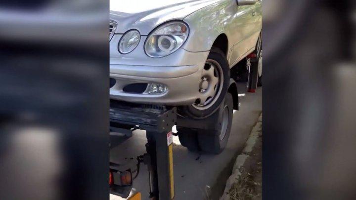 Un mercedes, AVARIAT în timp ce este evacuat de pe o stradă din Capitală: Cine va răspunde pentru mașina deteriorată (VIDEO)
