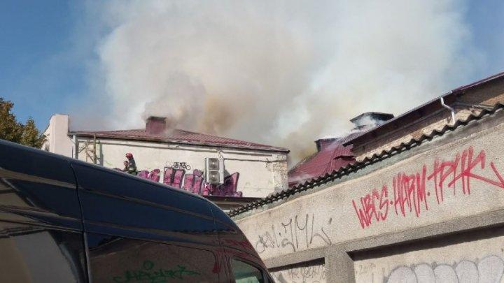 Incendiul de la Filarmonică nu poate fi localizat. Pompierii sunt la faţa locului de aproape trei ore
