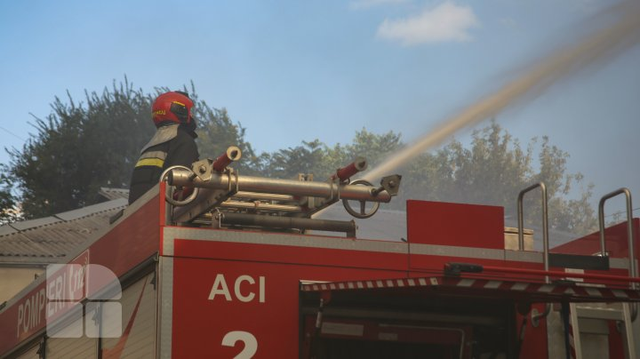 IGSU continuă intervenția pentru lichidarea incendiului de la Filarmonică