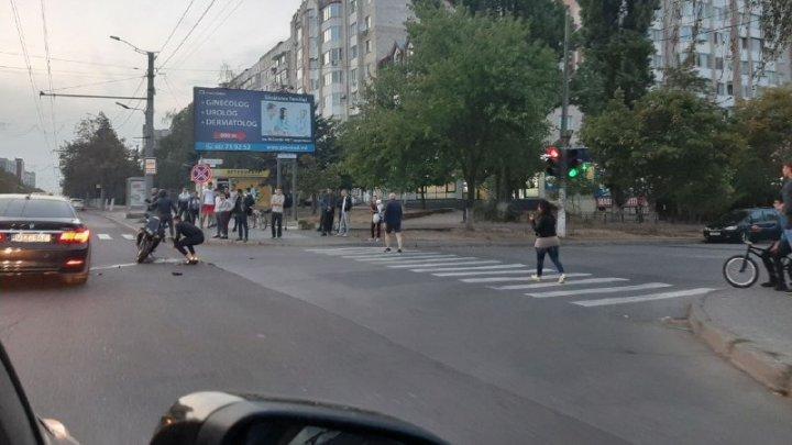 ACCIDENT în Capitală. O mașină s-a lovit violent cu o motocicletă (VIDEO)
