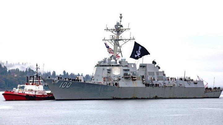 Un distrugător american a intrat în port arborând un drapel al piraților