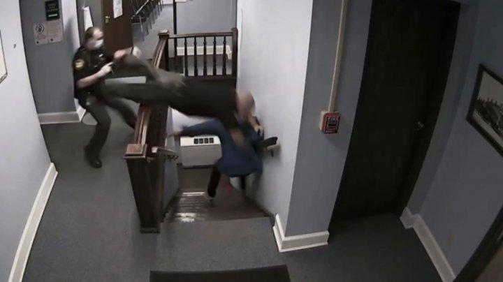 MOMENTUL în care un polițist se aruncă pe scări, cu capul înainte, încercând să prindă un infractor (VIDEO)