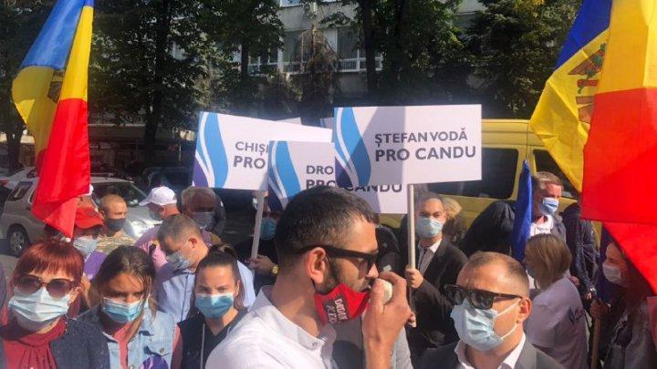 PROTEST la CEC. Susținătorii PRO MOLDOVA cer ca Andrian Candu să fie înscris în cursa pentru prezidențiale