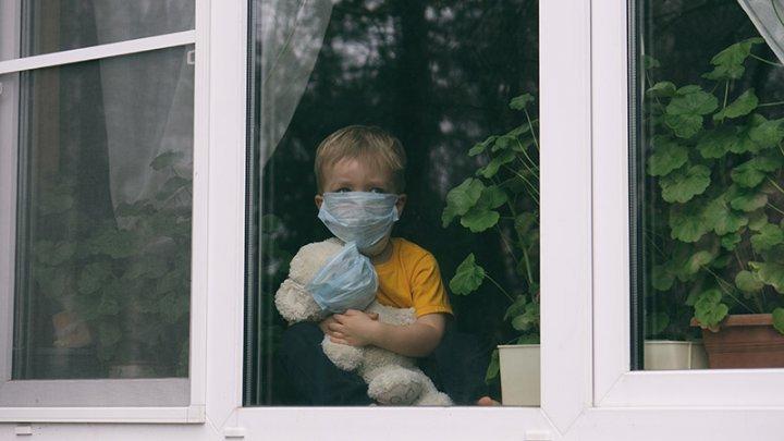De teama coronavirusului, un cuplu și-a închis copiii în casă timp de patru luni și a bătut în cuie ușa de la intrare