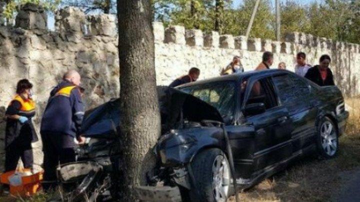 ACCIDENT GRAV la Orhei. Mai multe persoane au fost rănite, după ce un șofer a ajuns cu BMW-ul într-un copac