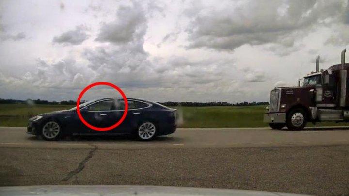 PERICOL pe autostradă. Un șofer a adormit la volanul unei Tesla, în timp ce autopilotul conducea cu 150 de km/h