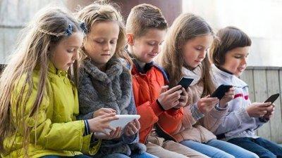 Parlamentul de la Kiev vrea să interzică telefoanele mobile în școli