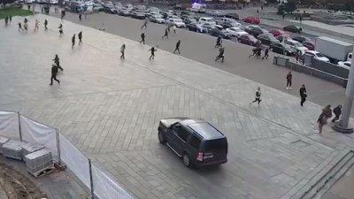 ACCIDENT DE GROAZĂ în Piața Independenței din Kiev. Momentul în care o mașină intră în mulțime. Sunt morți (IMAGINI ȘOCANTE)