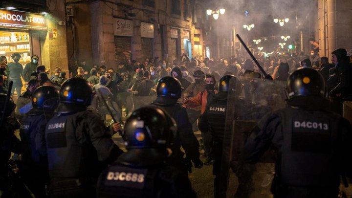 Ciocniri între protestatari şi poliţişti în Barcelona. Sute de oameni au manifestat împotriva restricţiilor COVID-19 (VIDEO)