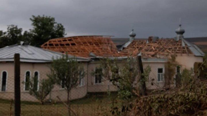 Natura s-a dezlănțuit. Rafalele de vânt puternic însoțite de ploi au provocat prejudicii în mai multe localități din țară (FOTO)