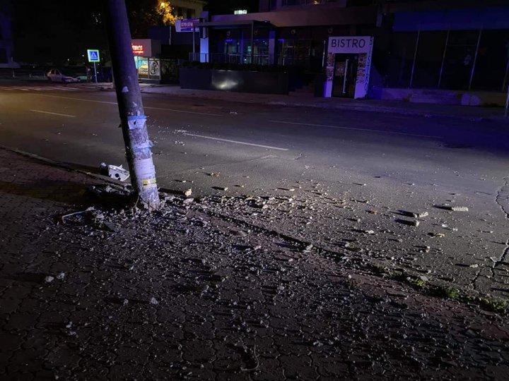 Accident în Capitală. Un automobil a fost avariat, după ce s-a izbit într-un stâlp de electricitate (FOTO)