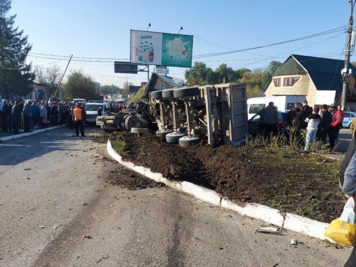 (VIDEO/FOTO) Accident TERIFIANT la Briceni. Mai multe mașini, făcute zob de un camion
