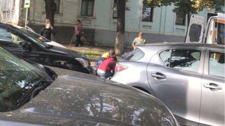 Ambuteiaj infernal în centrul Capitalei din cauza unui accident rutier. O femeie, lovită pe o trecere de pietoni