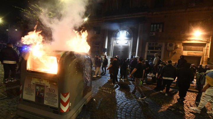 (VIDEO) Proteste violente la Napoli împotriva măsurilor anti-COVID-19. Poliția a folosit gaze lacrimogene