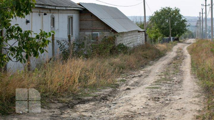 Au început să reabiliteze capital o porțiune de drum din satul Merenii Noi, însă s-au răzgândit. Acum șoferii ocolesc acest traseu (FOTOREPORT)