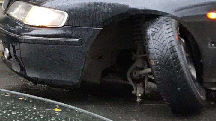 Ghinion pentru un şofer. A rămas fără o roată la maşină din cauza unei gropi de pe strada Ismail