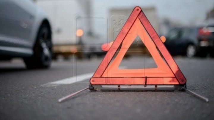 Încă un accident violent: Șoferul unui automobil Dacia s-a izbit într-un pilon electric
