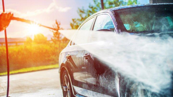 (FOTO) Situație revoltătoare în Capitală. Un bărbat, surprins cum își spală mașina în stradă, iar detergentul se scurge în parcul Valea Morilor