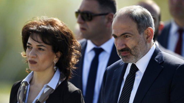 Soţia premierului armean anunță că va merge să lupte pe front