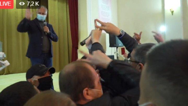 Îmbrânceli la o întâlnire electorală a lui Dodon la care a venit și Renato Usatîi
