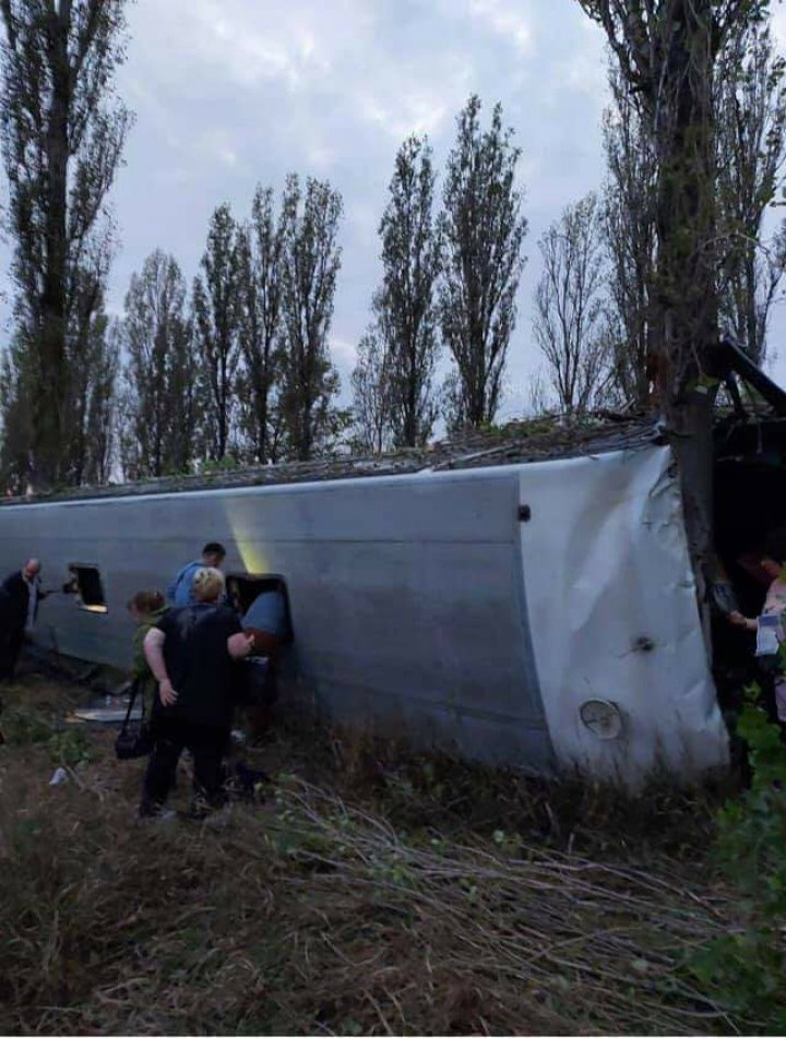 Accident grav cu implicarea unui autobuz de pe ruta Chișinău-Moscova. Sunt răniți (FOTO)