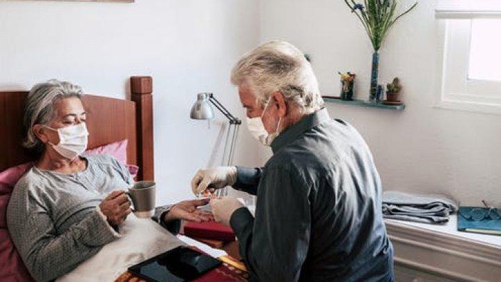 Ai un bolnav de COVID în casă? Un nou studiu arată cât de mare e riscul să te infectezi