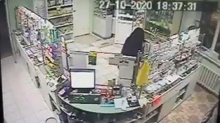 (VIDEO) Furt surprins de camerele de supraveghere. Doi indivizi au spart o farmacie din sectorul Buiucani