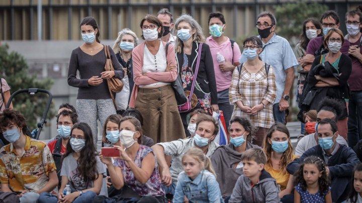 Oamenii de știință avertizează: Imunitatea colectivă este un miraj periculos