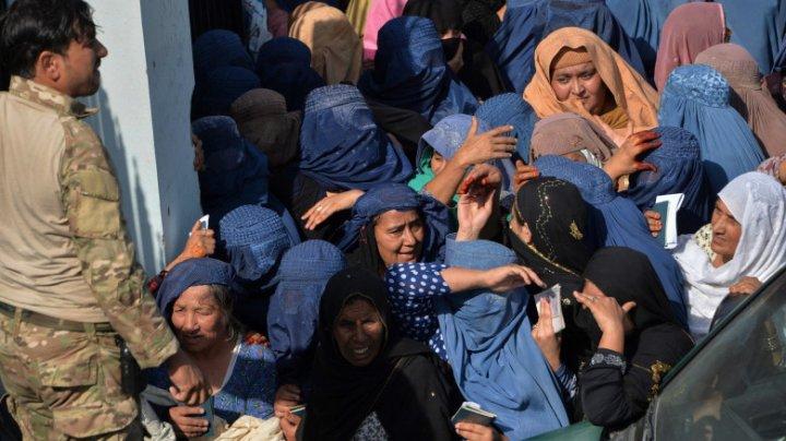 Zeci de femei care au încercat să obțină vize au murit călcate în picioare pe un stadion din Afganistan