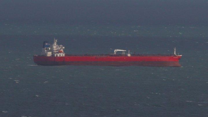 Pericol la bordul unui petrolier. Ore în șir, echipajul navei a stat baricadat din cauza unor pasageri violenți