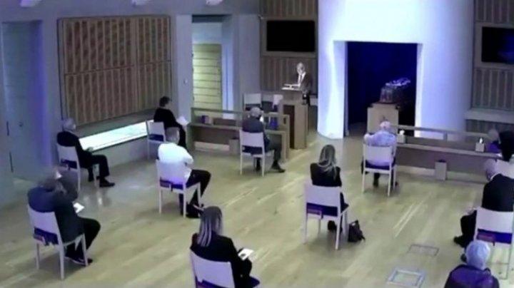 O înmormântare din Anglia, oprită pentru că un bărbat care a vrut să-și consoleze mama nu a păstrat distanța socială