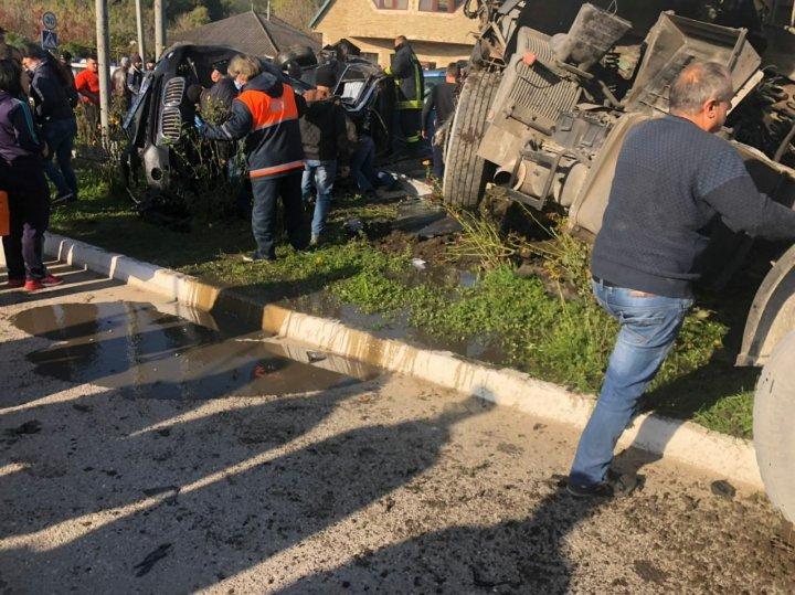 O maşină implicată în accidentul din Briceni, ÎNGROPATĂ în pietriş. Cum s-ar fi produs impactul (FOTO)