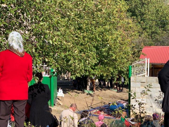 LACRIMI ȘI DURERE în satul de baștină al fetei ucise de iubitul ei. Adolescenta, condusă pe ultimul drum (FOTO)