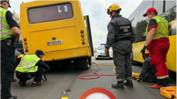 Un om a murit, iar doi au fost răniţi după ce un microbuz i-a lovit pe o trecere de pietoni la Kiev