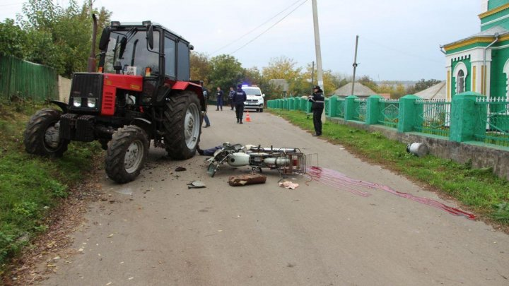 TREGEDIE pe șosea. Un bărbat a murit după ce s-a izbit cu motocicleta într-un tractor