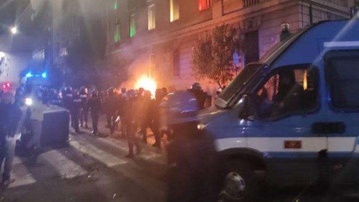 Proteste violente la Roma, împotriva măsurilor COVID. Forțele de ordine au folosit tunuri de apă pentru a împrăștia mulțimea