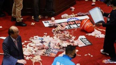 Prim-ministrul din Taiwan a fost atacat cu intestine de porc de parlamentarii opoziției