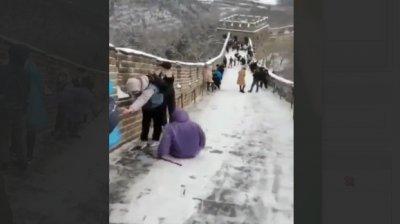 Din cauza temperaturilor joase, Marele Zid Chinezesc s-a transformat într-un mare derdeluș (VIDEO)