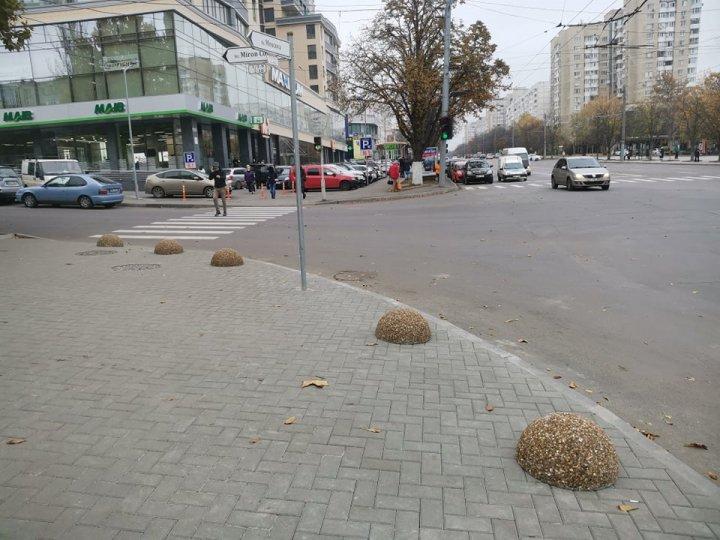 Gata cu parcările pe trotuar în sectorul Rîșcani al Capitalei. Strada pe care au fost instalate mai multe sfere de beton (FOTO)