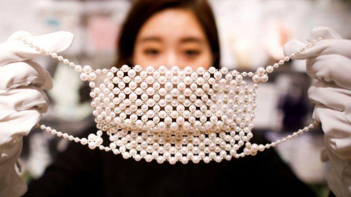(FOTO) Măști împodobite cu diamante şi perle la preț de circa 10 000 de dolari. Vezi cum arată