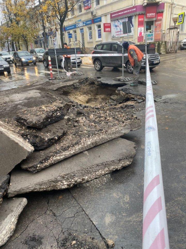 Un crater apărut după ploaie a blocat o stradă din capitală (FOTO)