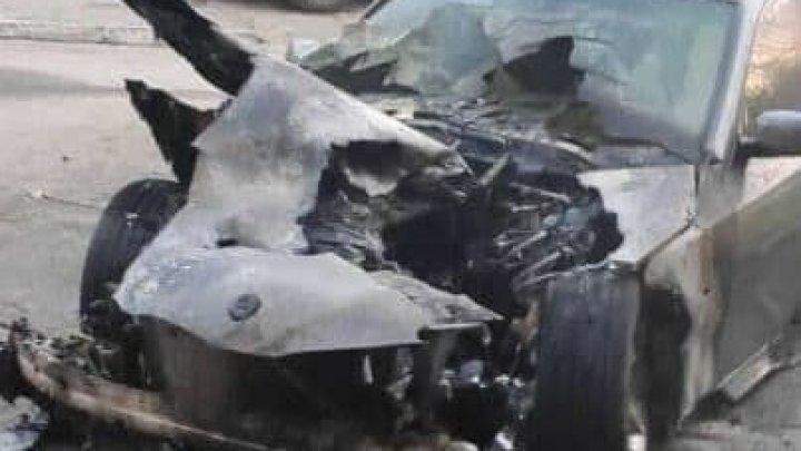 Un BMW, parcat în curtea unui bloc din Comrat, a ars ca o torță și a fost făcut scrum