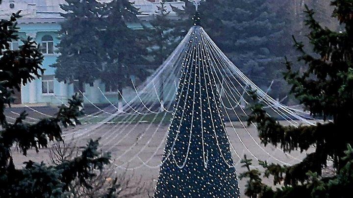 La Ungheni a fost instalat Pomul de Crăciun. Luminițele vor fi aprinse pe 1 decembrie