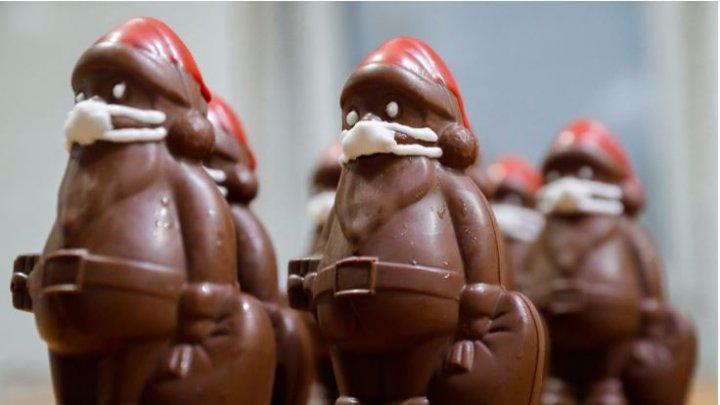 Un cofetar din Ungaria realizează figurine Moş Crăciun din ciocolată echipate cu măşti (FOTO)