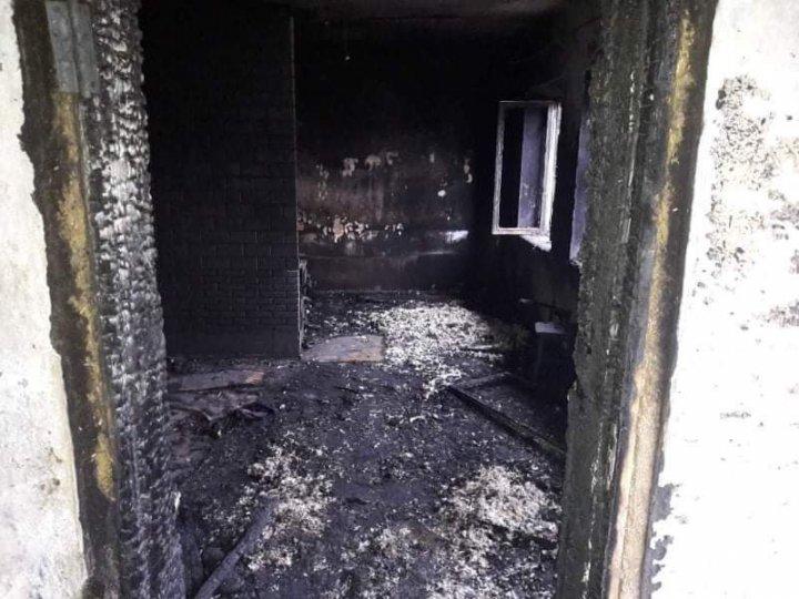 Un bărbat din Strășeni, salvat de pompieri dintr-un incendiu izbucnit în gospodăria sa (FOTO)
