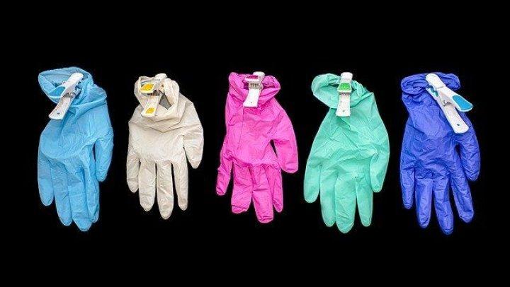 Criză de mănuși de cauciuc din cauza că s-au îmbolnăvit de Covi-19 angajații de la fabrică